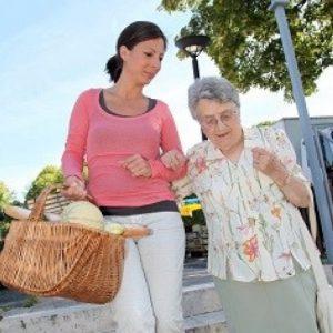 Seniorin und Betreuerin unterwegs